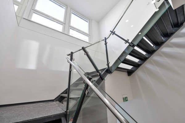 A budova_vnitrni schodiste 4